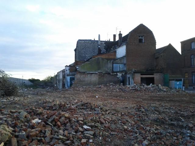 La plaine caillassée avec ses derniers bâtiments